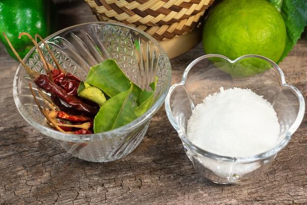 Wichtige zutaten chilisalz und kräuter.