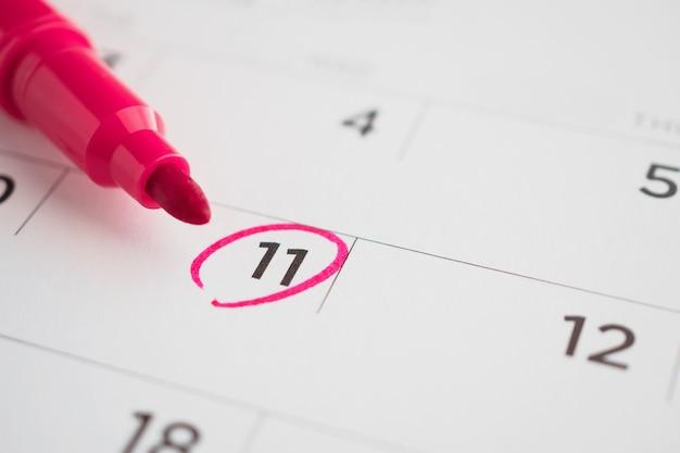 Wichtiger terminplan auf weiße kalenderseite schreiben datum nahaufnahme