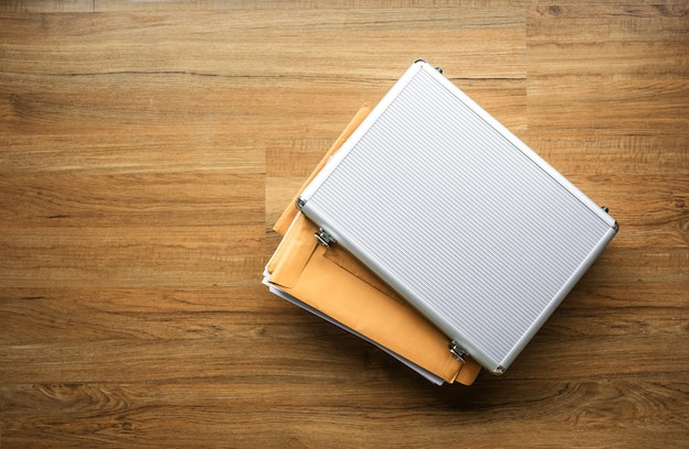 Wichtiges dokumentpapier in sicherheitsbox metall auf holztisch. geschäftsmanagement. sicherheitskonzepte ideen