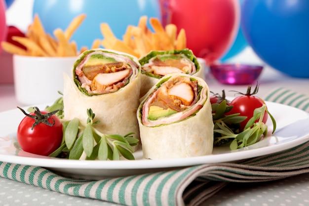 Wickeln sie sandwiches für partynahrung ein
