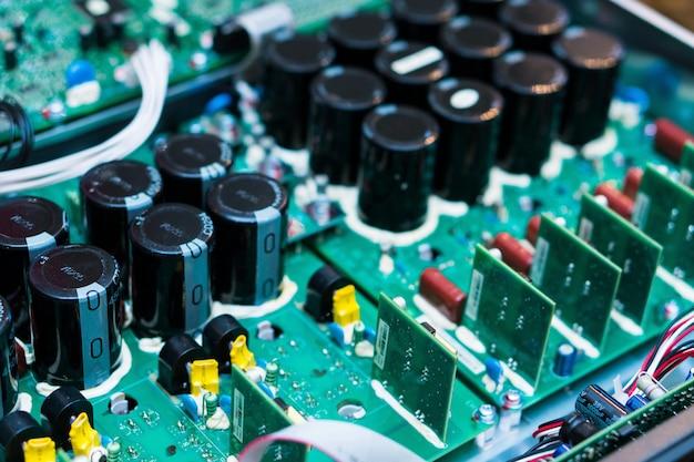 Widerstände, kondensatoren und andere elektronische komponenten des mikrochips innerhalb des computers schließen oben