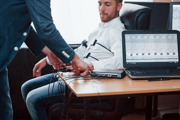 Wie fühlt sich das an, mach dir keine sorgen. vorbereitung für den polygraphentest. konzeption des lügendetektors