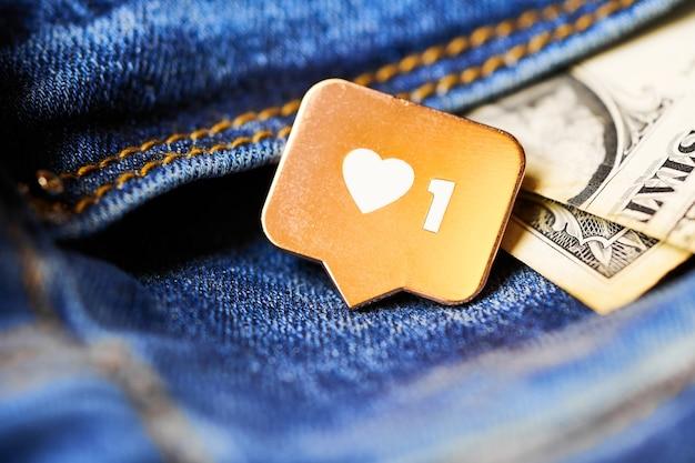 Wie herzsymbol und dollar in der jeanstasche. wie zeichenknopf, symbol mit herz und einer ziffer. social-media-network-marketing.