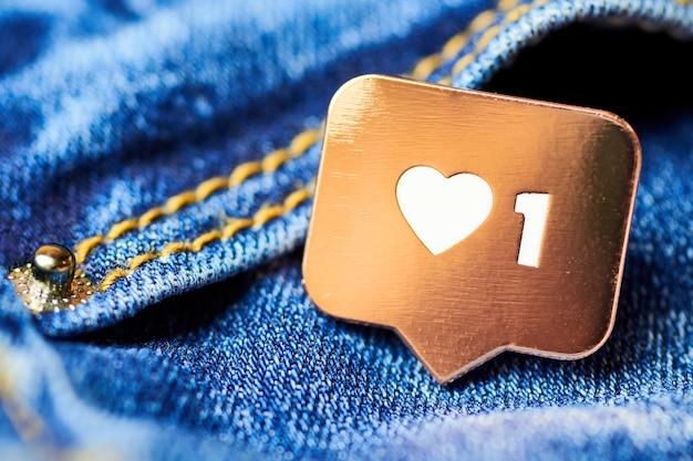 Wie herzsymbol. wie zeichenknopf, symbol mit herz und einer ziffer. social media network marketing. blue jeans textur hintergrund.