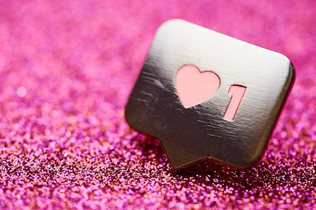 Wie herzsymbol. wie zeichenknopf, symbol mit herz und einer ziffer. social-media-network-marketing. rosa glitter funken hintergrund.