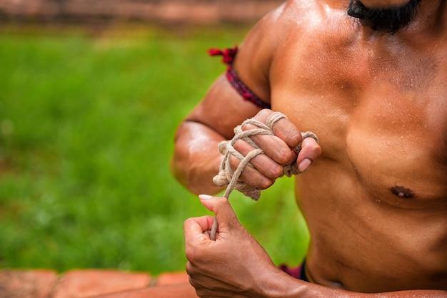 Wie man ein seil zur hand des alten boxens ayutthaya thailand bindet