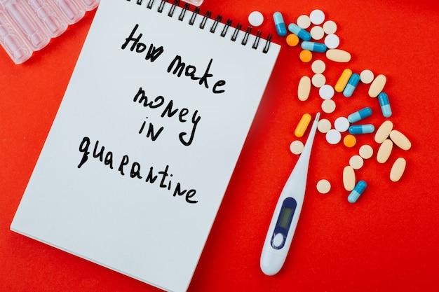 Wie man geld in quarantäne verdient. nachricht auf notizblock mit pillen, thermometer und ampullen