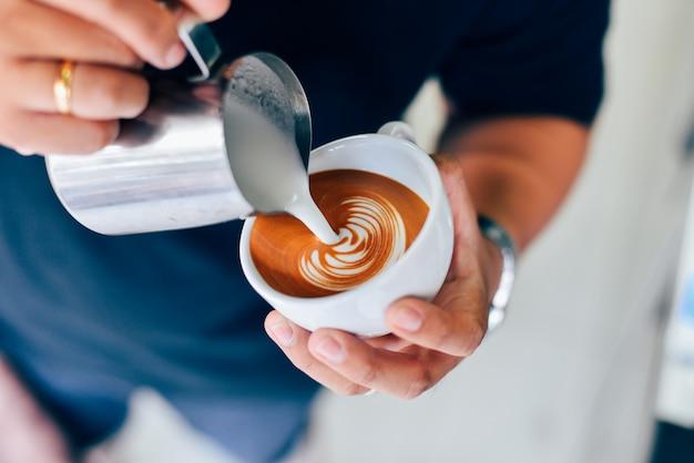 Wie man kaffee latte kunst macht