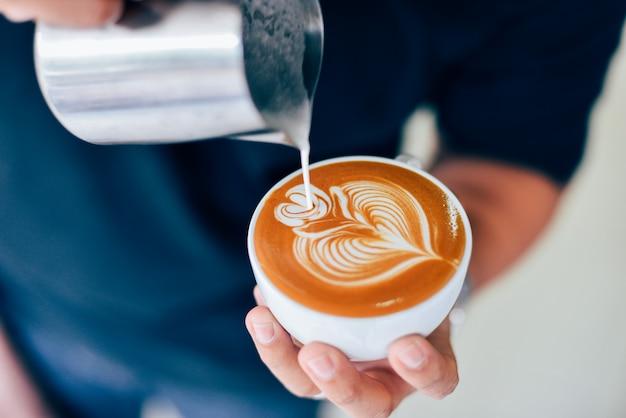 Wie man kaffee latte kunst macht   Premium-Foto