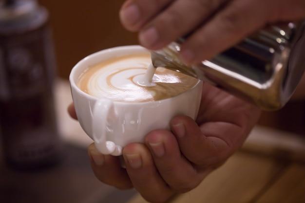 Wie man latte art kaffee macht