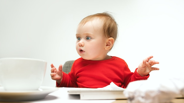 Wie viele dokumente kann ich unterschreiben kind baby mädchen mit tastatur eines modernen computers oder laptops sitzen