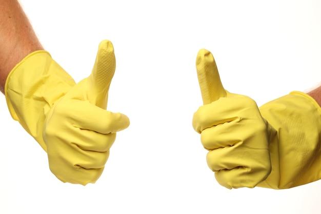 Wie vom reiniger in gelben handschuhen