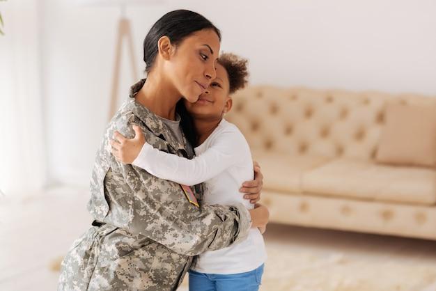 Wieder zusammen. liebevolle, emotional schöne mutter, die ihre tochter nach einem langen monat im abstand trifft, während sie beim militär dient und für ihre zukunft arbeitet