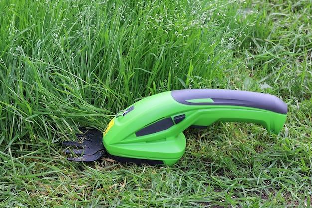 Wiederaufladbarer elektrischer handtrimmer zum schneiden von pflanzen