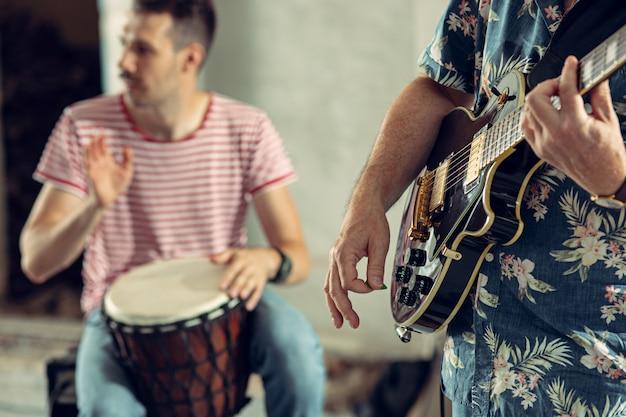 Wiederholung der rockmusikband. e-gitarrist und schlagzeuger