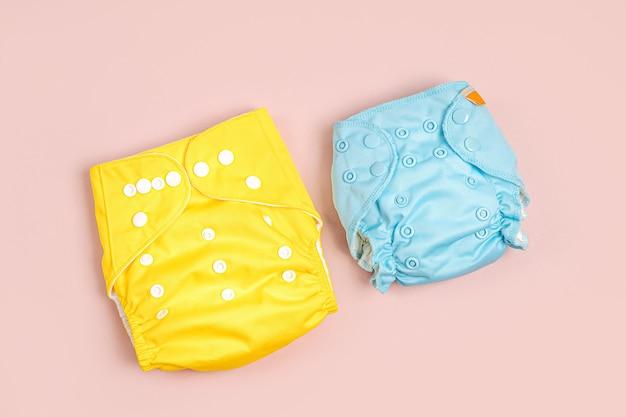 Wiederverwendbare babywindeln aus stoff. umweltfreundliche stoffwindeln auf rosafarbenem hintergrund. nachhaltiger lebensstil. zero-waste-konzept.