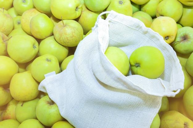 Wiederverwendbare einkaufstasche mit obst. kein verlust. ökologisch und umweltfreundliche pakete. canvas- und leinenstoffe. naturkonzept retten. kein plastikeinweg in supermärkten.