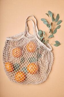 Wiederverwendbare einkaufstaschen an brauner wand. null-abfall-konzept. kein plastik.