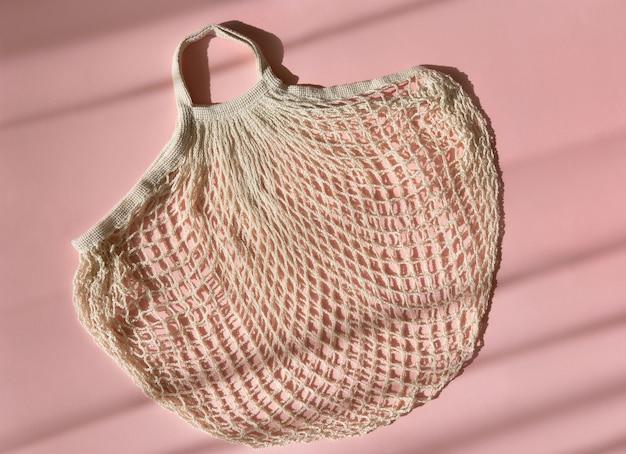 Wiederverwendbare einkaufstaschen auf rosa hintergrund