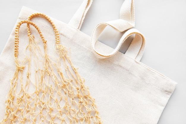 Wiederverwendbare einkaufstaschen auf weißem hintergrund