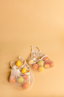 Wiederverwendbare netztasche mit früchten auf orangem hintergrund