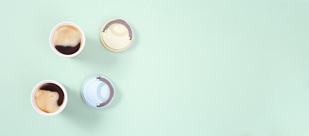 Wiederverwendbare öko-kaffeetasse mit kaffeefilter. null-abfall-konzept, flach liegen. einwegkunststoff verbieten.