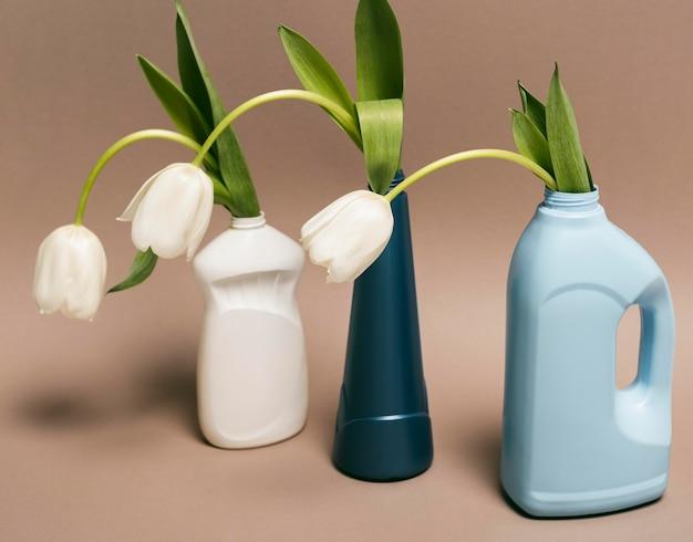 Wiederverwendbare plastikflasche mit blumen