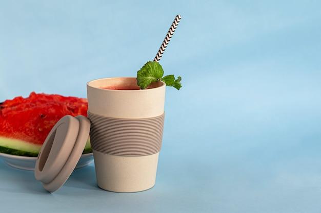 Wiederverwendbares glas aus umweltfreundlichem material. sie können sowohl heiße als auch kalte getränke trinken. kaffee, tee, wassermelonensaft und alkoholische cocktails.