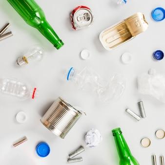 Wiederverwertbarer abfall, der auf graue tabelle zerstreut