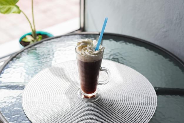 Wiener kaffee mit schlagsahne auf dem kaffeetisch in der cafeteria