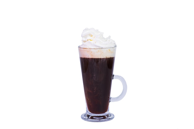 Wiener kaffee mit schlagsahne auf weißem hintergrund