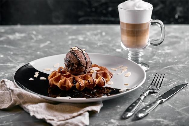 Wiener waffeln mit eis, schokolade und latte