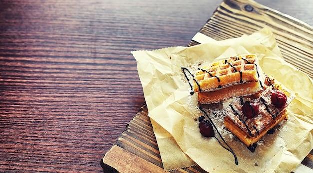 Wiener waffeln mit füllung. couchtisch. eine reihe duftender kekse zum frühstück für den urlaub.