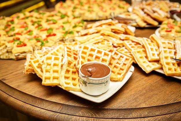 Wiener waffeln mit marmelade und schokolade im event catering