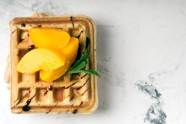 Wiener waffeln mit pfirsichen und schokolade
