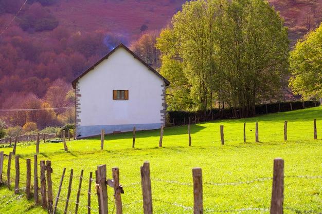 Wiesenbauernhof im herbst bei irati pyrenees navarra spanien