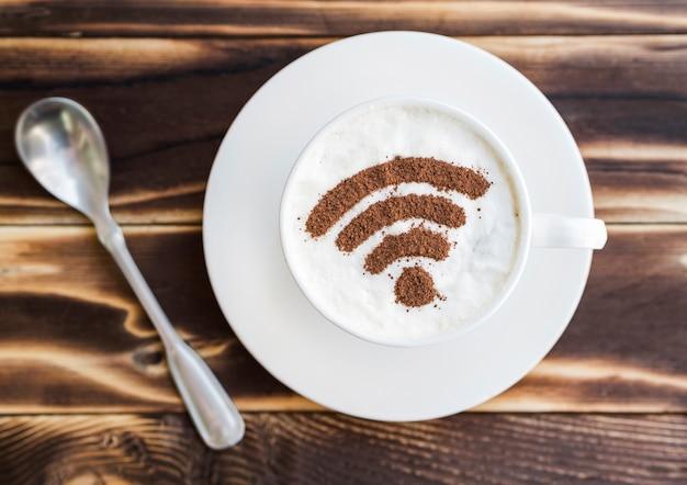 Wifi-symbol auf tasse mit teelöffel
