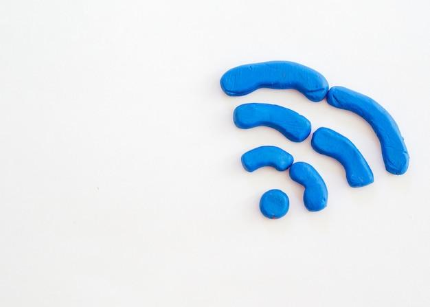 Wifi-symbol gezeichnet vom modellieren des lehms mit kopieraum