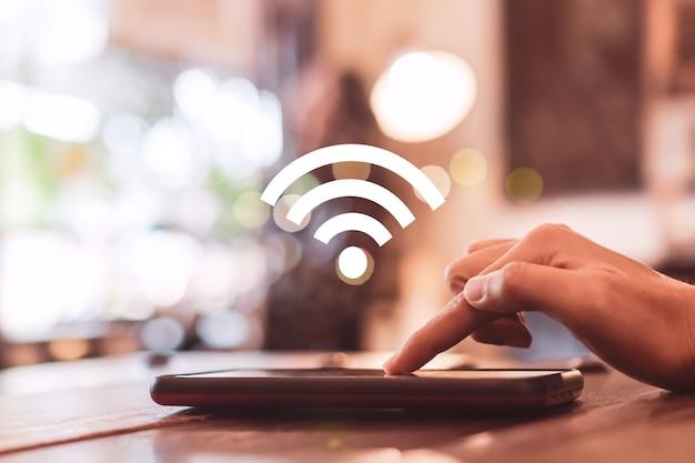 Wifi-zeichensymbol und verbindungsbildschirm des smartphones mit stadthintergrund der draufsicht. finanzielle geschäftstechnologie freiheit traumleben.