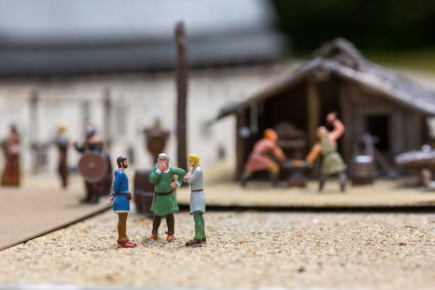 Wikinger siedlung miniatur im freien, menschen fugurinen, europa. altes europäisches dorf, mittelalterliches skandinavien, traditionelle skandinavische architektur, diorama