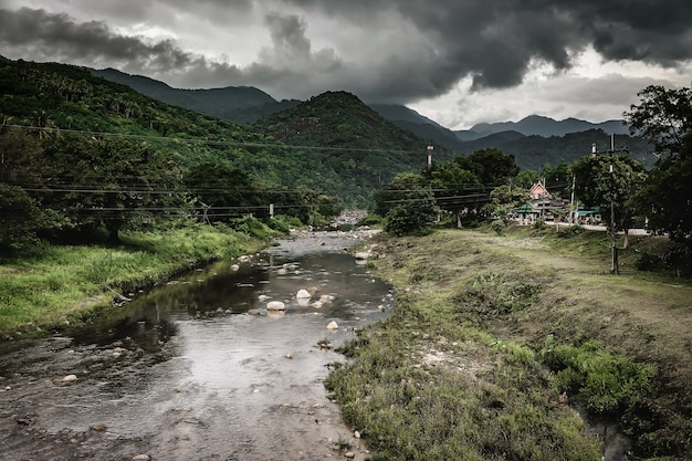 Wilde landschaft des waldflusses. wilde flussstromfelsen fließen, thailand