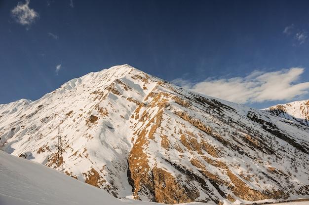 Wilde winterlandschaft von den hohen berghängen bedeckt mit schnee