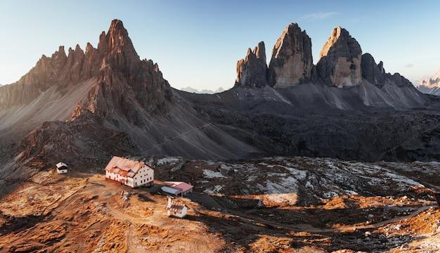 Wilder ort, an dem sie wandern können. hervorragende landschaft der majestätischen seceda dolomit berge am tag. panoramafoto