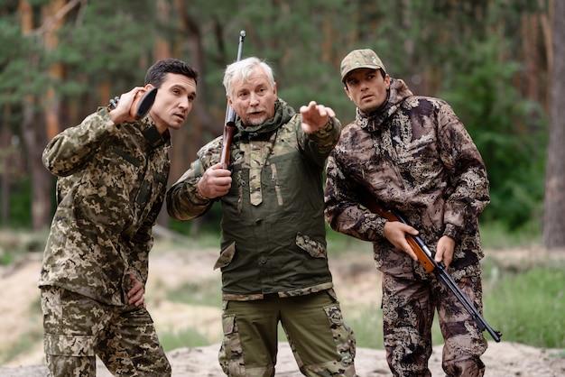 Wildfowl dort senior hunter pointing.