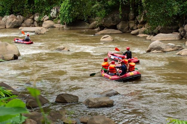 Wildwasser der gruppe von personen, das auf den stromschnellen von maetaman mae taeng river flößt