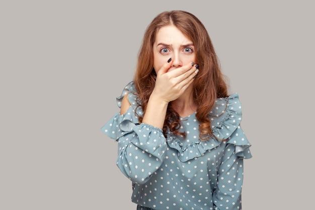 Will niemand sagen! schockiertes verängstigtes mädchen, das den mund bedeckt, eingeschüchtert, verängstigt, zu sprechen,