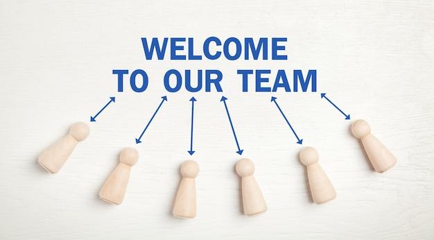 Willkommen in unserem team. menschliche holzfiguren