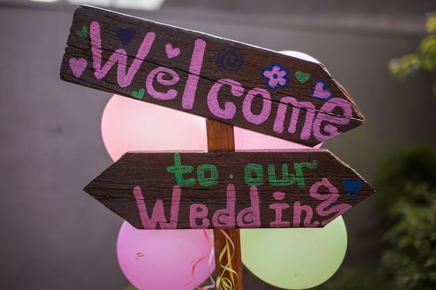 Willkommen zeichen mit rosa buchstaben