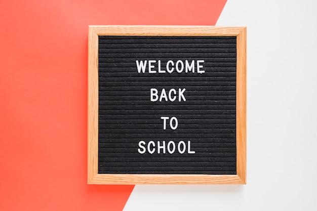 Willkommen zurück in der schule schriftzug an bord