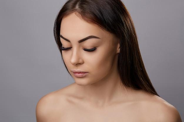 Wimpernverlängerung, falsche wimpern, porträt eines sexy mädchens mit langen falschen wimpern und perfektem make-up,